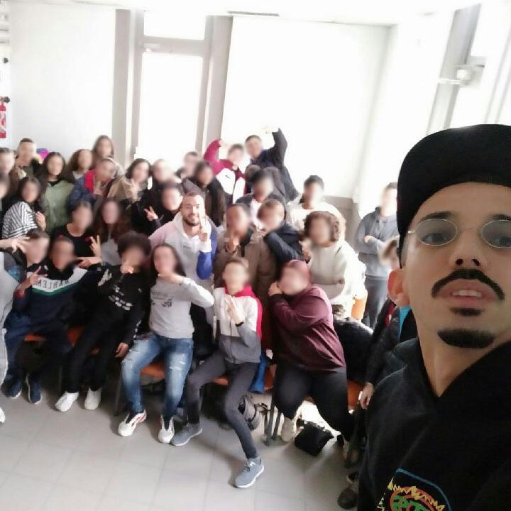 Selfie de Bigflo avec une classe d'élèves CHAM de Vaux En Velin la soie lors de leur concert à Lyon le 23 janvier 2020